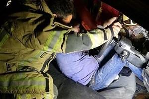 گرفتار شدن  راننده پراید پس از تصادف با تیر چراغ برق + عکس