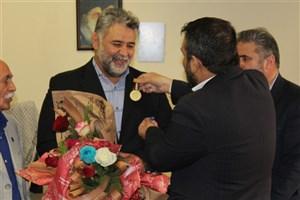 نشان افتخار به مدیر کل ورزش و تربیت بدنی دانشگاه آزاد اسلامی اهدا شد