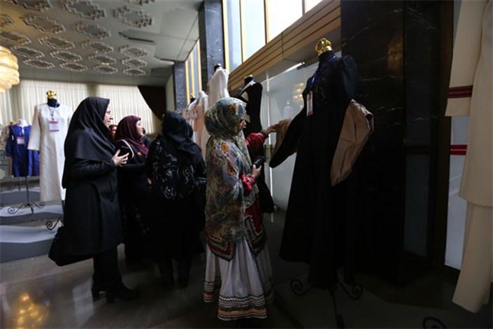 تعویض چادر نماز و مشکی با چادر نو در نمایشگاه گوهر زیبایی