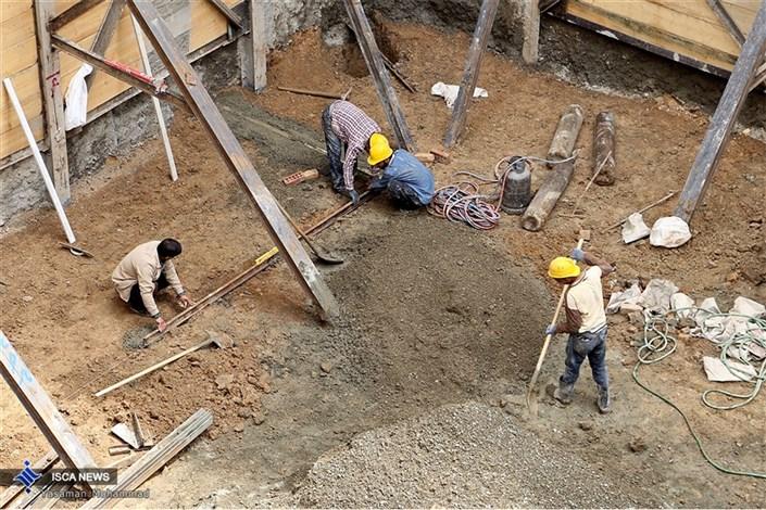 کارگران مشغول کارند...