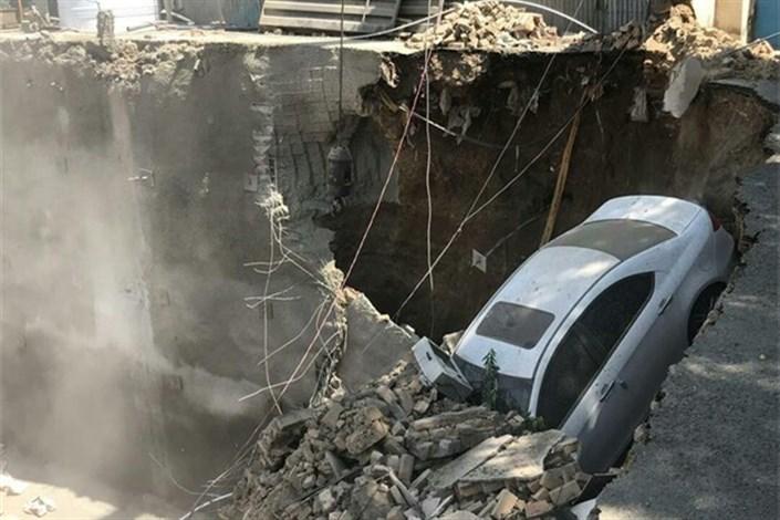 سقوط ماشین به گودبرداری ساختمان در وردآورد