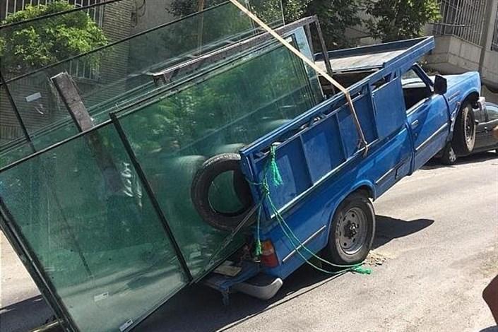 نیمه واژگونی نیسان با بار شیشه در خیابان قیطریه