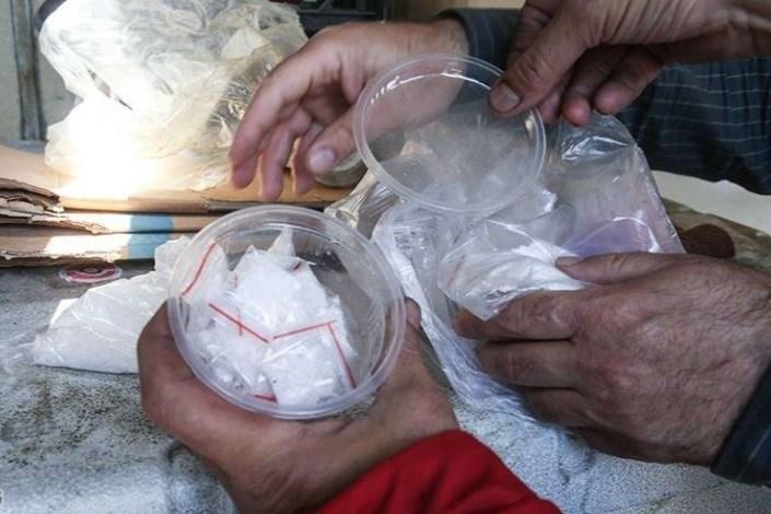 کشف ۶۸ بسته شیشه از شکم یک مرد جوان