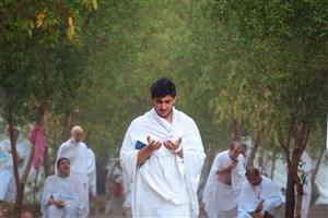 زمزمه دعای عرفه حاجیان زیر باران