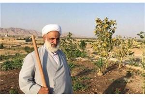 امام جمعهای که سرِ زمین کشاورزی بیل میزند