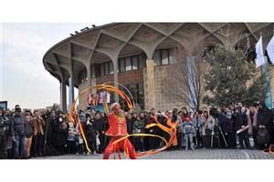 محوطه تئاتر شهر پاتوق دائمی نمایشهای خیابانی میشود