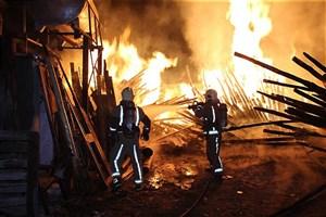 آتشسوزی گسترده در انبار چوب/جعبههای چوبی در آتش سوختند