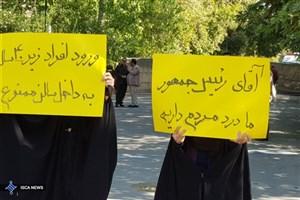 تجمع اعتراضی دانشجویان دانشگاه تهران همزمان با سخنرانی رئیس جمهور/ به لگدمال شدن هویت دانشجو اعتراض داریم