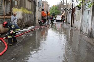 آماده باش آتش نشانی در آب گرفتگی های تهران/  تخلیه آب از منازل با پمپهای آبکش