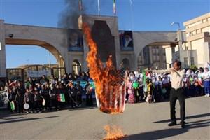 حضور گسترده دانشجویان و دانشآموزان دانشگاه آزاد اسلامی در راهپیمایی 13 آبان