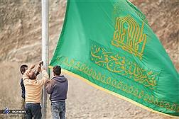 اهتزاز پرچم حرم مطهر رضوی بر فراز مسجد امام علی (ع) واحد علوم و تحقیقات