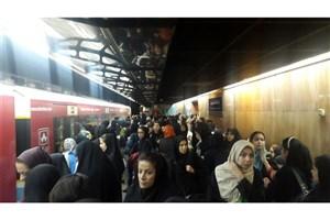 سردرگمی  یک ساعته مسافران خط 2 مترو /مشکل برطرف شد+عکس