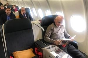 کتابخوانی رئیسجمهور افغانستان در هواپیما/ اشرف غنی چه کتابی میخواند؟