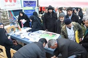 دانشگاهیان قم در راهپیمایی 22 بهمن غرفه برپا کردند