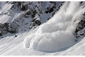 سقوط بهمن در رودبار/اعزام بالگرد اورژانس برای انتقال گرفتاران  برف در رشته رود