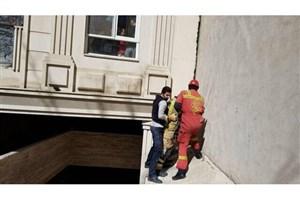 گرفتار شدن  مرد 45 ساله  در فضای بین دو ساختمان مسکونی