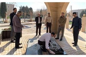 غبارروبی و عطرافشانی مزار شهدای گمنام دانشگاه آزاد اسلامی پیشوا