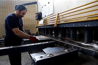 برش آهن خام  به قطعات مختلف برای ساخت ستونهای ساختمانی