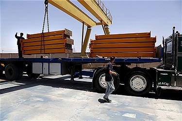 انتقال ستون ها و آهن های فولادی به محل نصب پروژه ساختمانی
