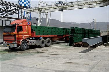 انتقال ستونها و آهنهای فولادی به محل نصب پروژه ساختمانی