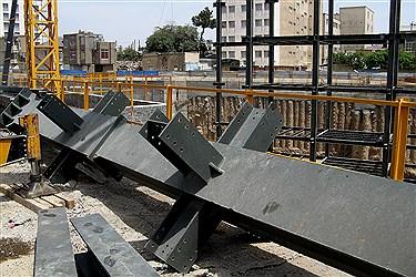 سرستونهای آماده شده در محل نصب پروژه ساختمانی