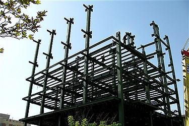 نصب ستون ها و آهن  های اصلی ساختمان در نصب پروژه و تکمیل به تدریج اسکلت ساختمان