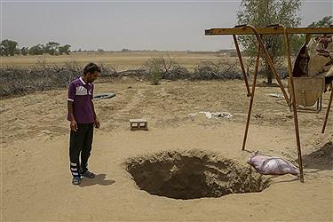 اهالی روستابرای مقابله با کم آبی اقدام به حفر چاه می کنند